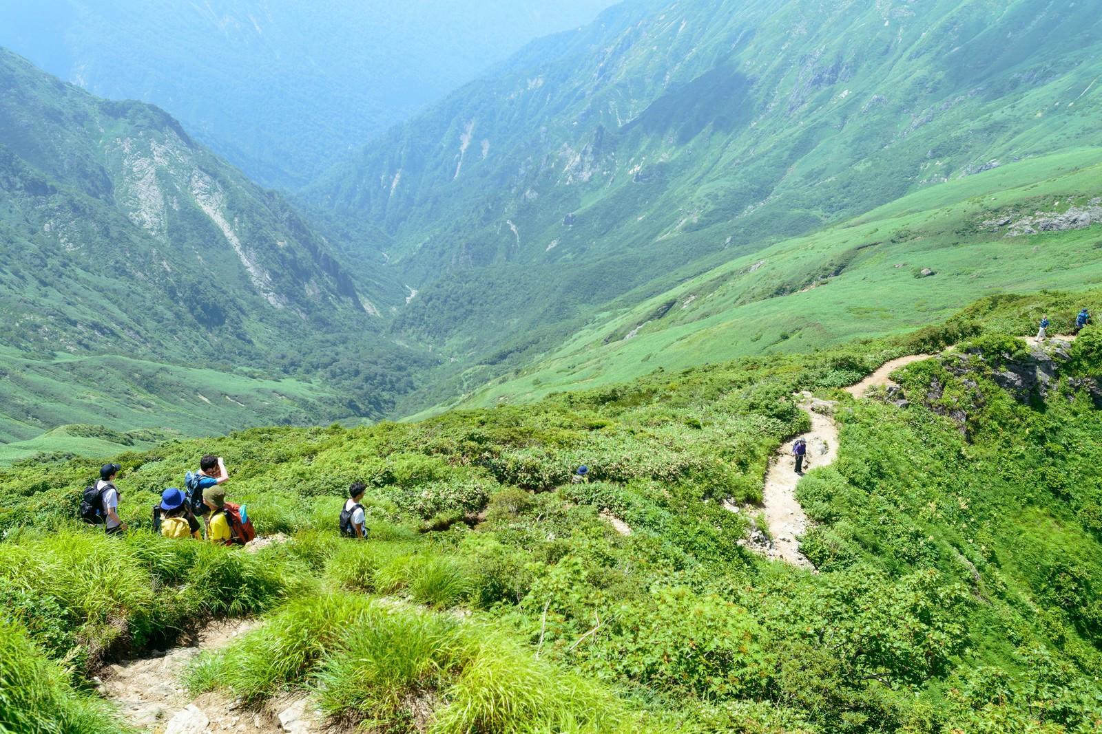 「谷川岳にあるオキの耳を目指す登山者達」の写真