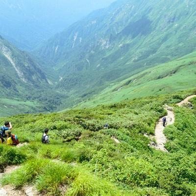 谷川岳にあるオキの耳を目指す登山者達の写真