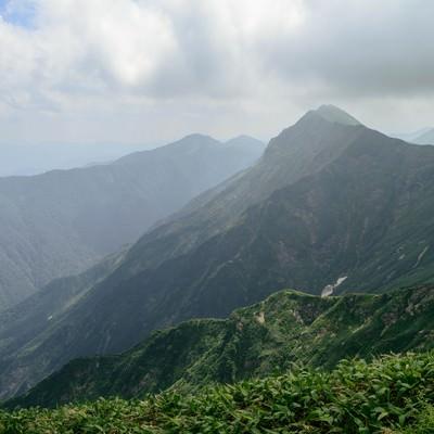 雲が沸き立ち峰々が陰る風景の写真