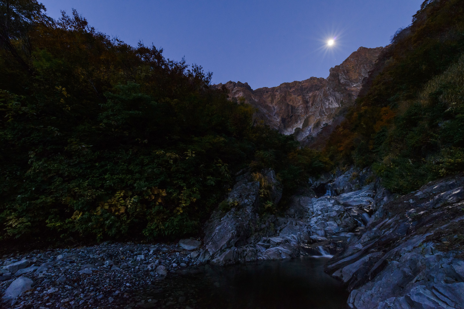 「満月が覗き込む一ノ倉沢」の写真