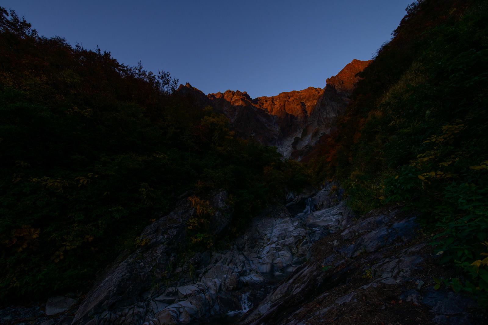 「岩壁に続く沢(一ノ倉沢)」の写真