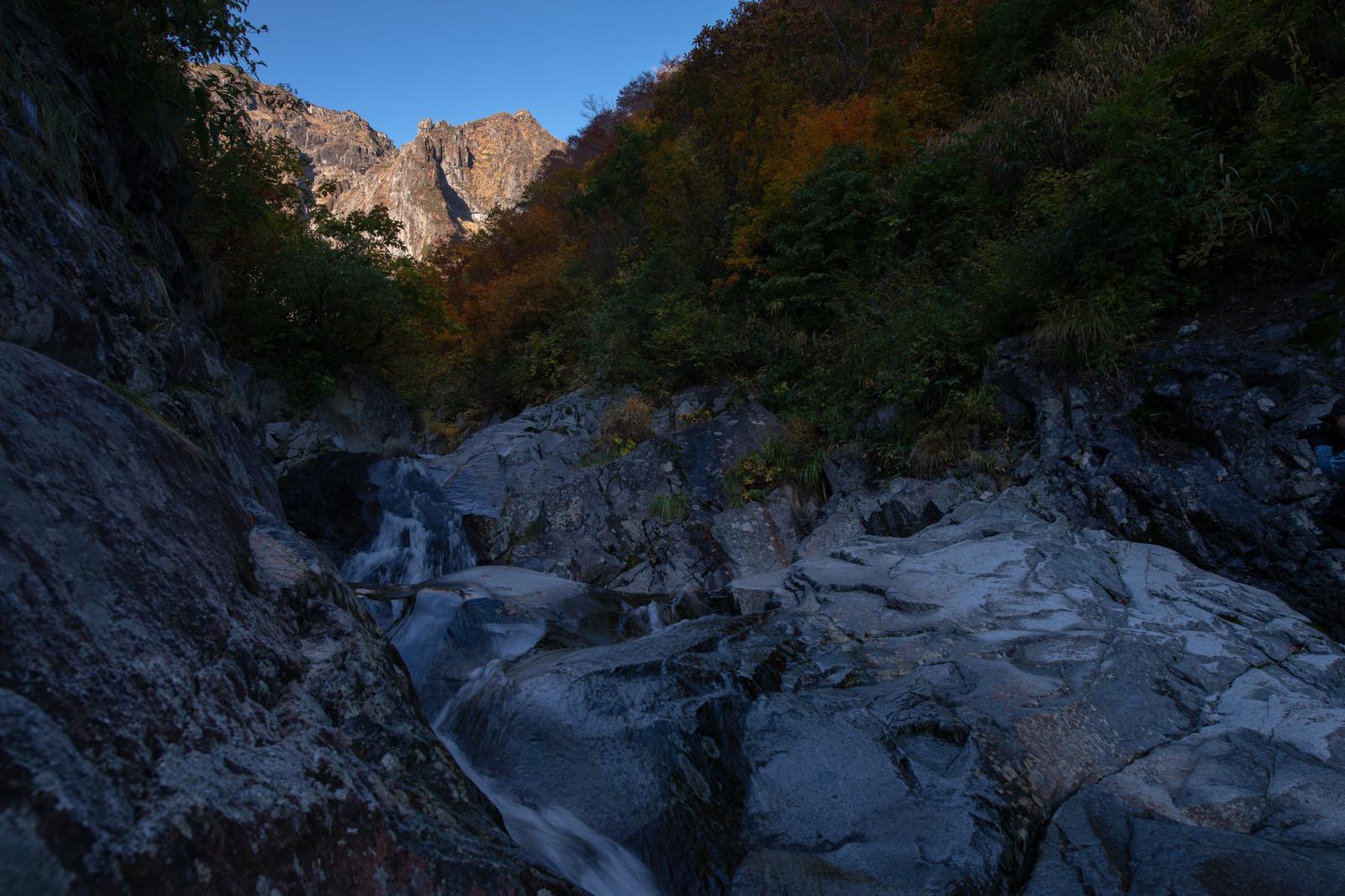 「岩壁と行く手を阻む一ノ倉沢(群馬県利根郡みなかみ町)」の写真