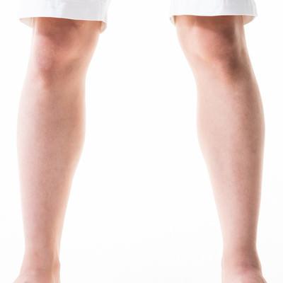 すね毛がすっきりした男性の足元の写真