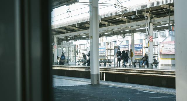 車窓から駅のホームの写真