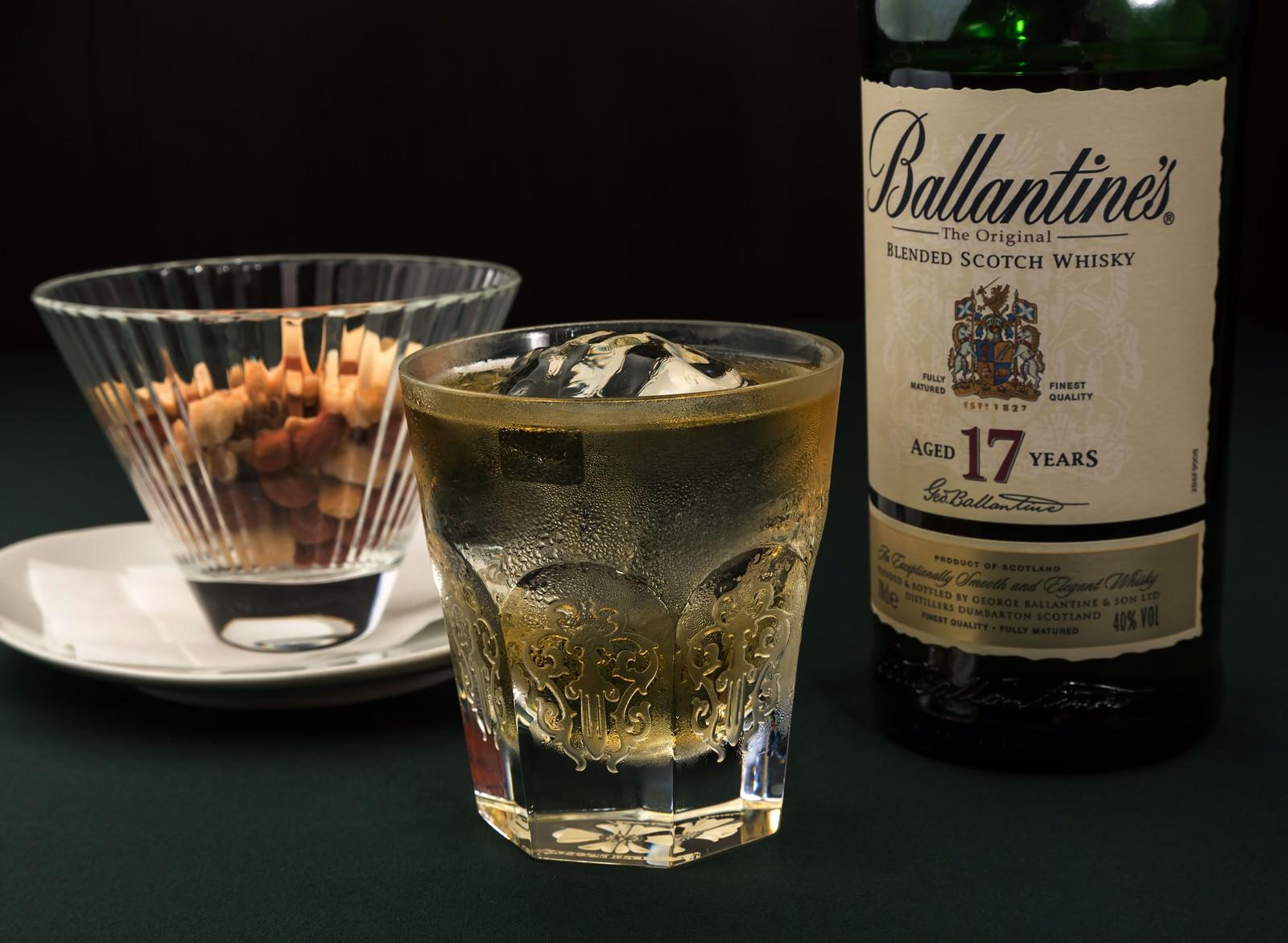 バレンタイン17yearsのボトルとグラスのフリー素材
