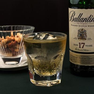 「バレンタイン17yearsのボトルとグラス」の写真素材