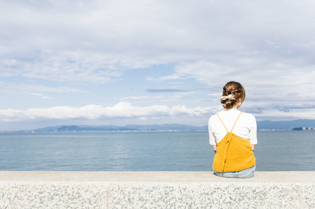「埠頭に座る女子」のフリー写真素材