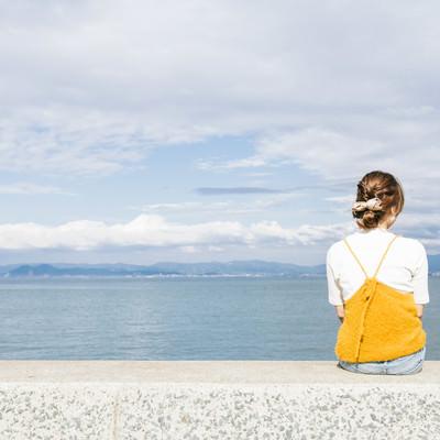 「埠頭に座る女子」の写真素材