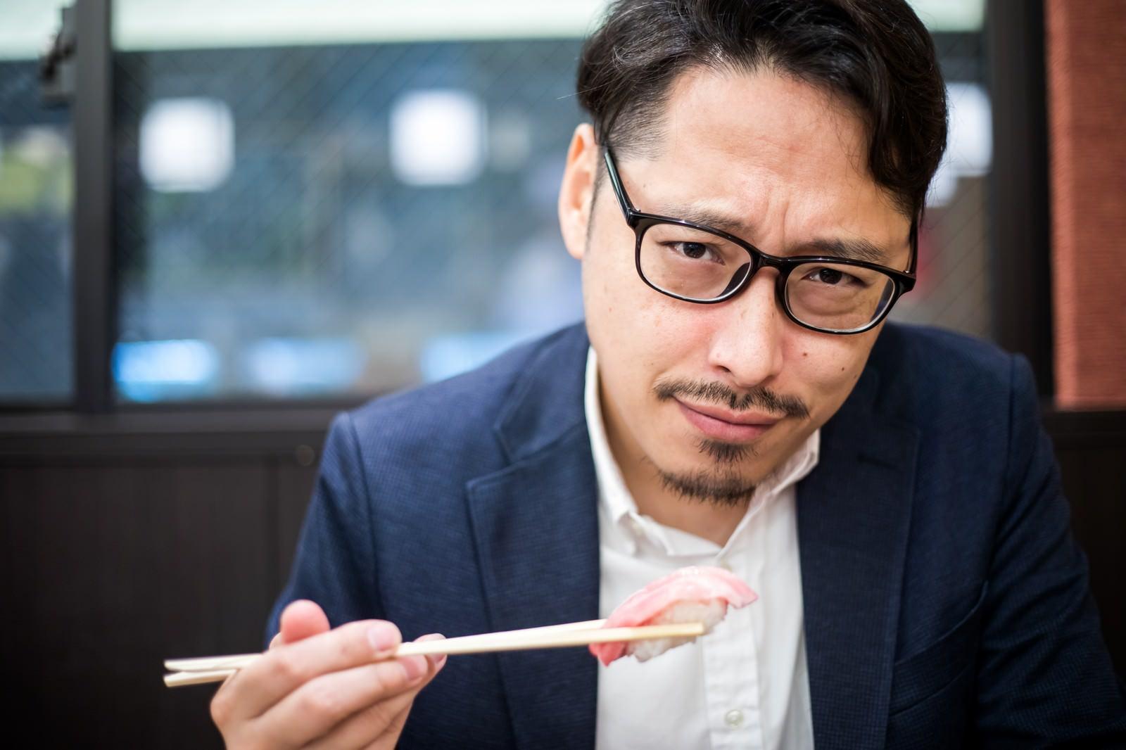 「彼氏とお寿司なうでつかっていいよ」の写真[モデル:ゆうせい]