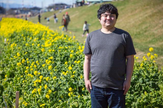 菜の花畑で記念撮影の写真