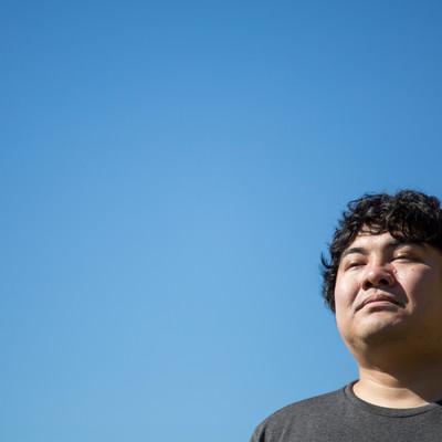 「空を見上げるエンジニア」の写真素材