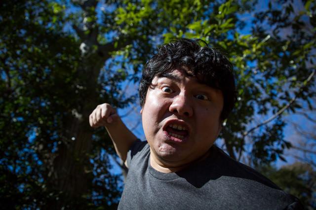 突然、背後から殴りかかってきた新種のカビに感染している男性の写真