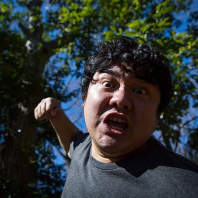 「突然、背後から殴りかかってきた新種のカビに感染している男性」の写真素材