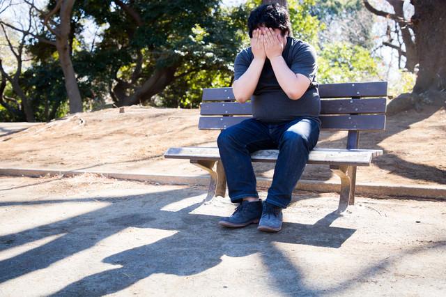 コミットログが「修正対応」しか書かれてなくて独り公園で絶望するエンジニアの写真