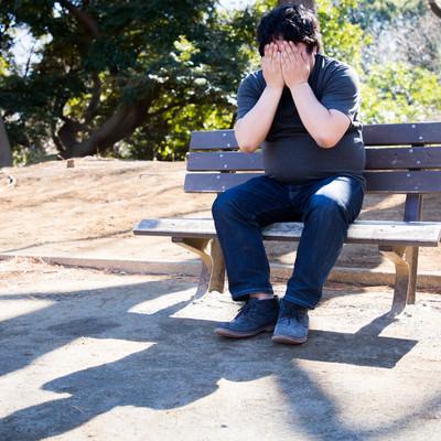 「コミットログが「修正対応」しか書かれてなくて独り公園で絶望するエンジニア」の写真素材