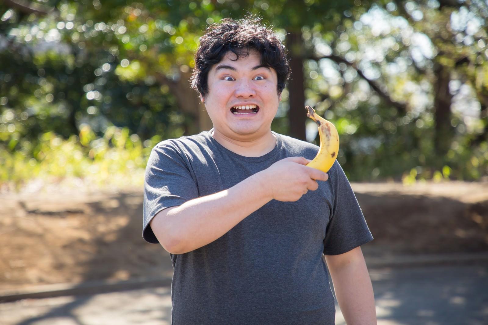 「バナナ持参マン」の写真[モデル:段田隼人]