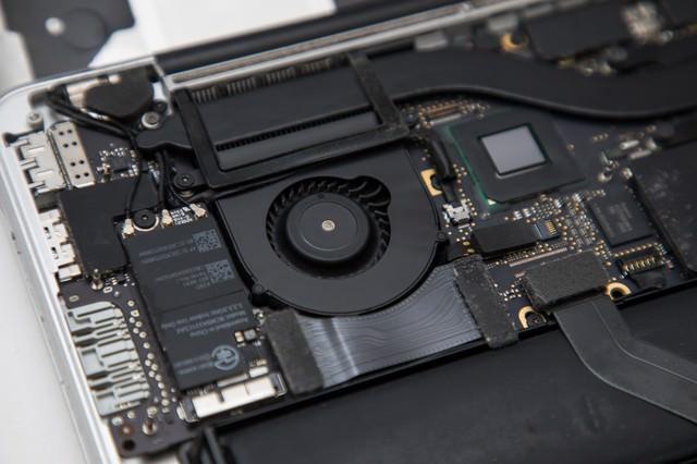 薄型ノートPCの内部(清掃後)の写真