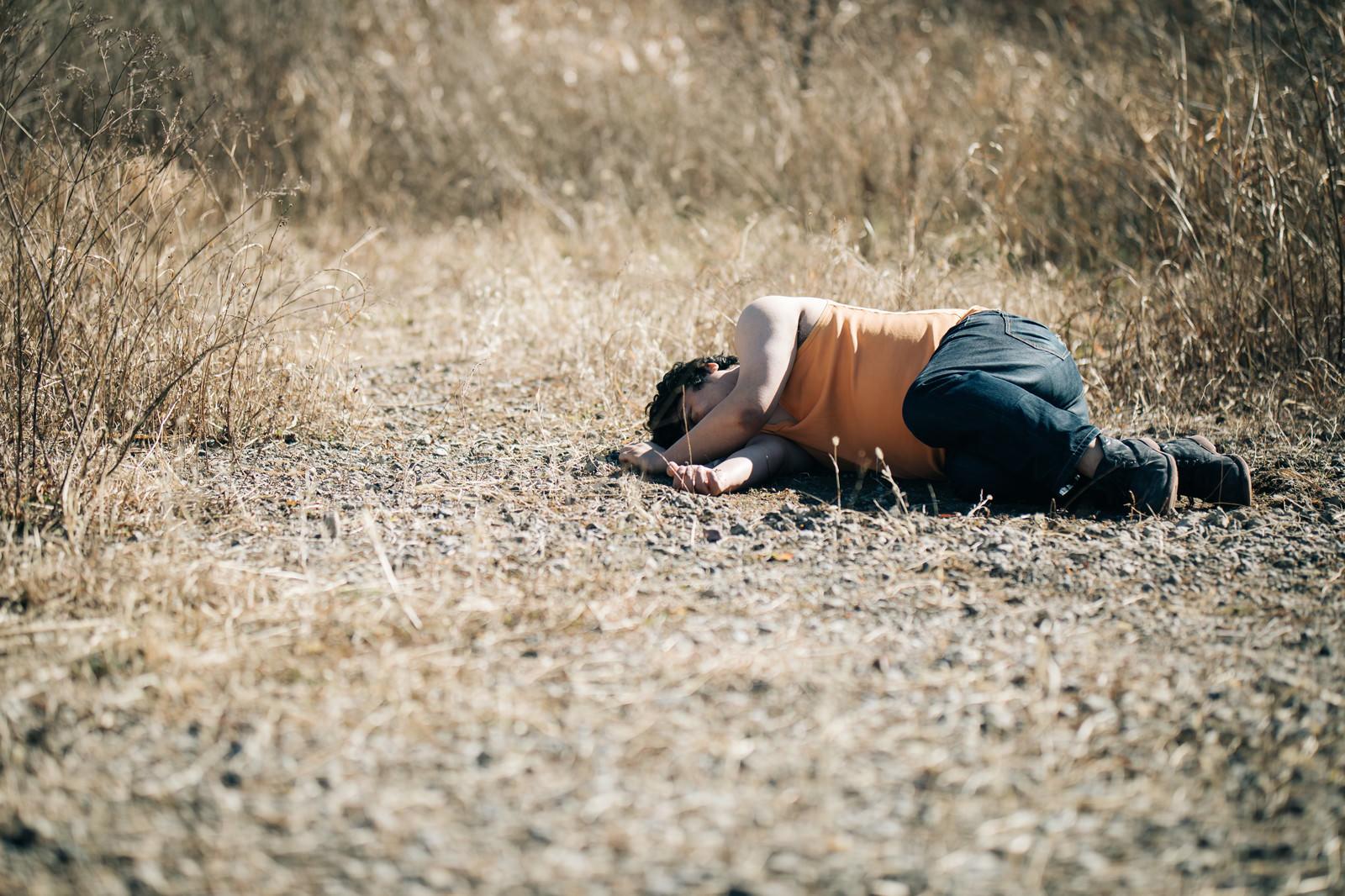 「倒れ込むかませ犬倒れ込むかませ犬」[モデル:段田隼人]のフリー写真素材を拡大