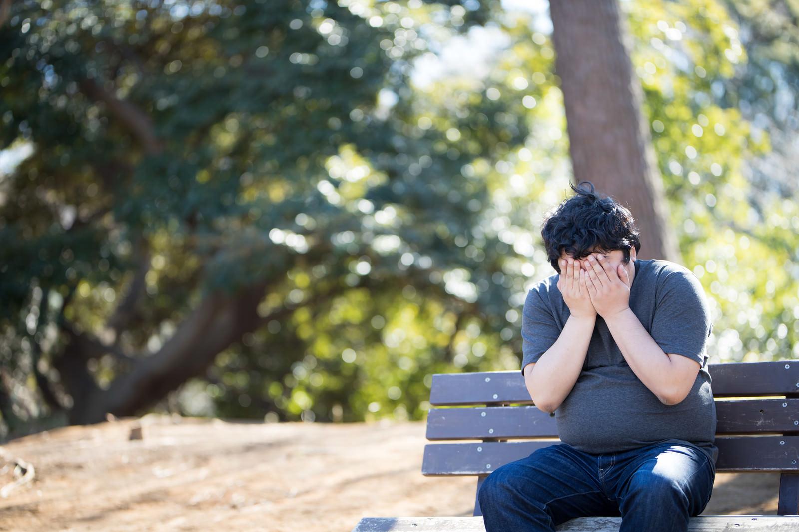 「納期に間に合わせず、ひとまず公園で泣いてみた。   写真の無料素材・フリー素材 - ぱくたそ」の写真[モデル:段田隼人]