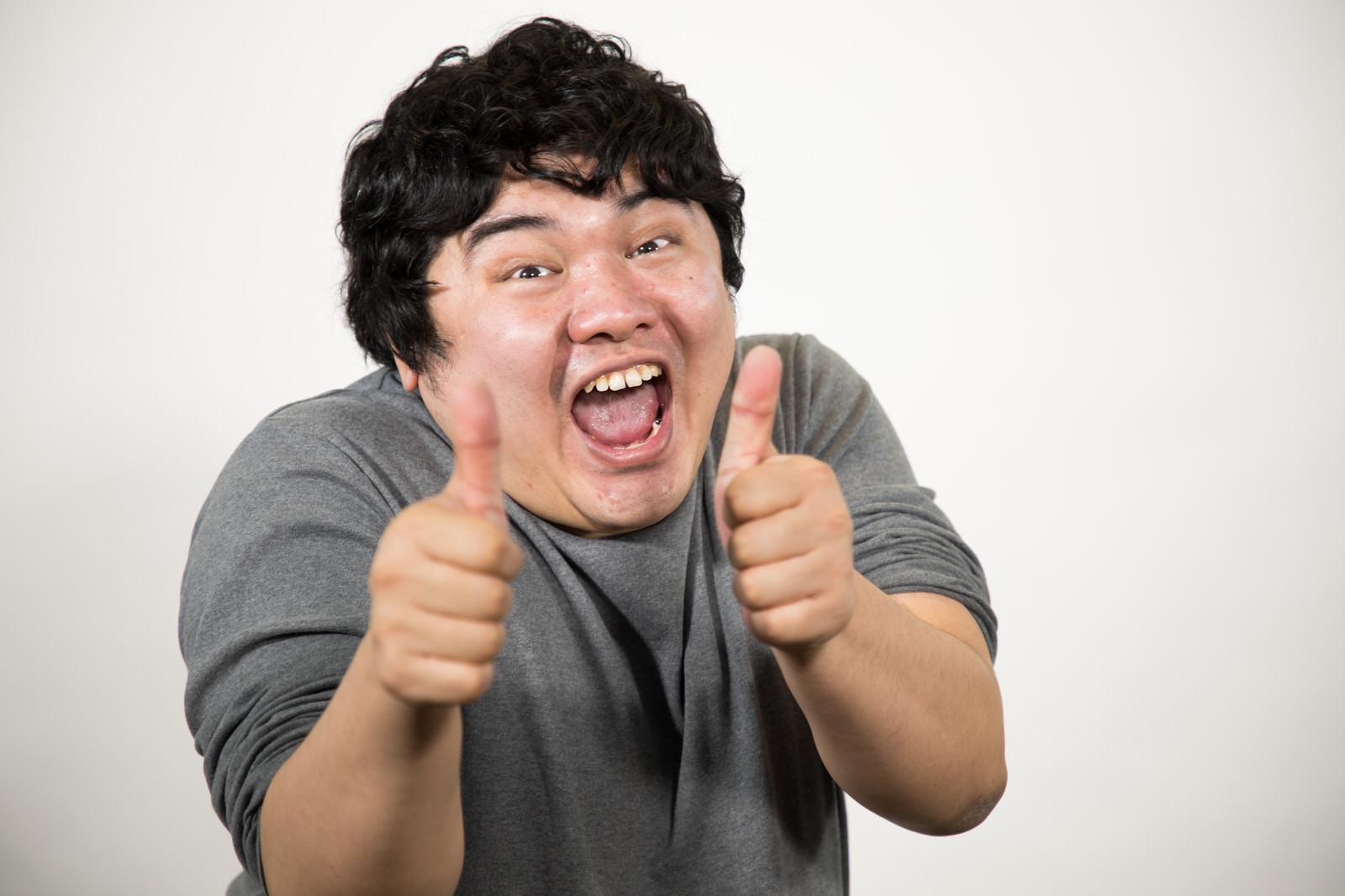 「両手でサムズアップ「ウェーイ」」の写真[モデル:段田隼人]