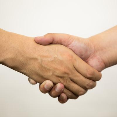 握手がっちりの写真