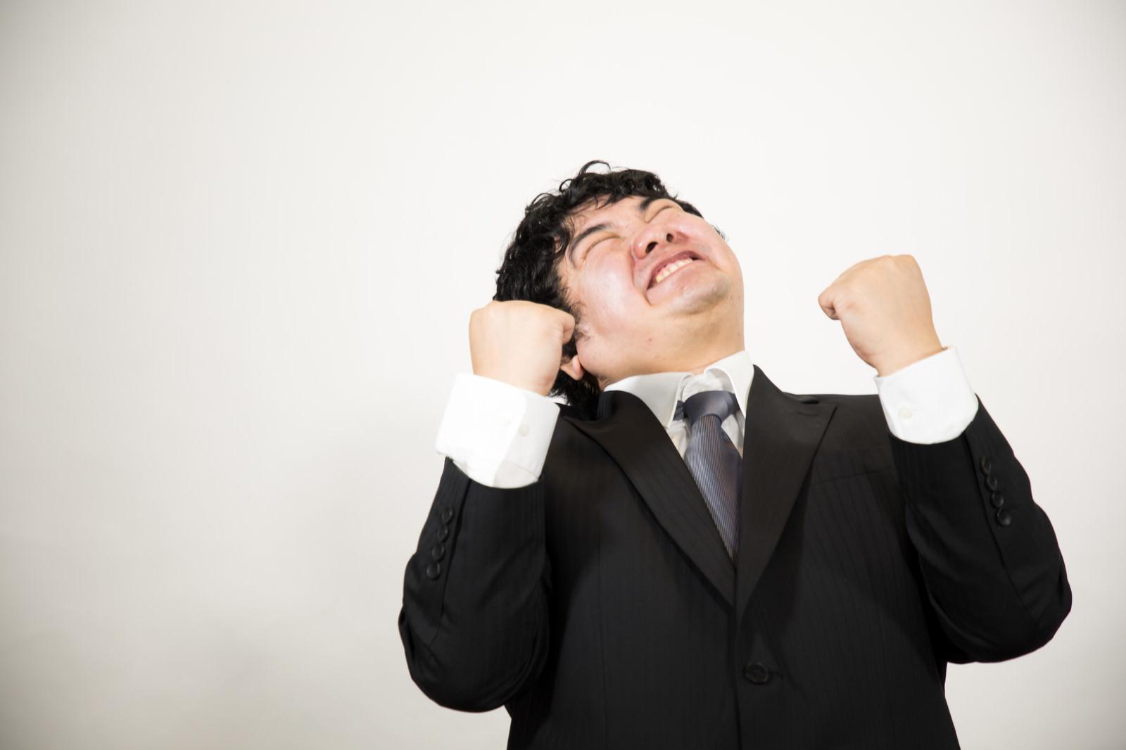 「ノルマ達成で歓喜する男性」の写真[モデル:段田隼人]