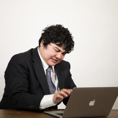 「実名アカウントで会社批判を投稿して慌てて消す会社員」の写真素材