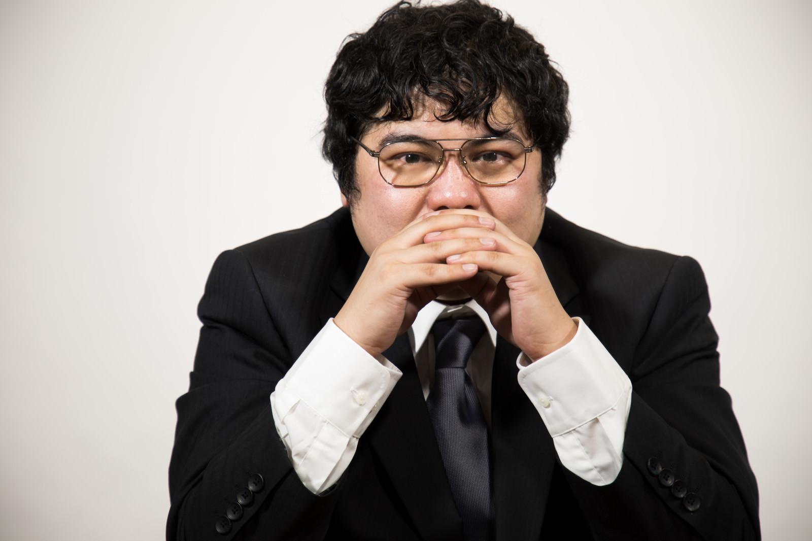 「行き詰った表情の司令官」の写真[モデル:段田隼人]