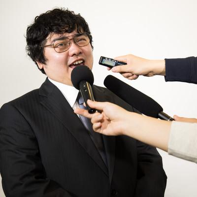 「疑惑をマスコミに詰められる役員」の写真素材
