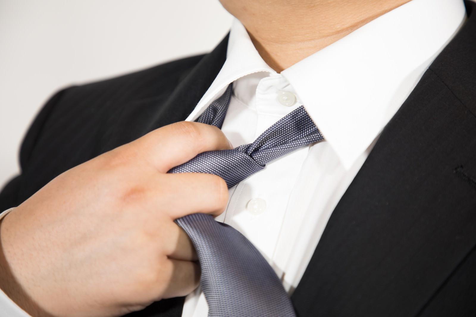「仕事が終わってネクタイを緩める仕事が終わってネクタイを緩める」[モデル:段田隼人]のフリー写真素材を拡大