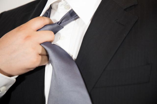 ネクタイを緩めるの写真