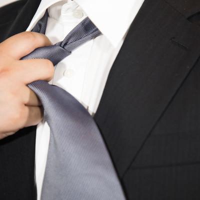 「ネクタイを緩める」の写真素材