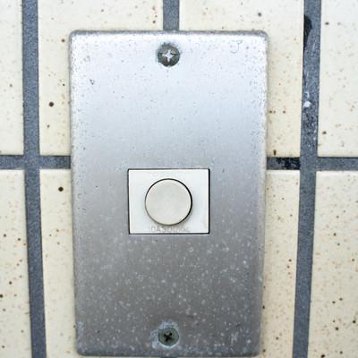 玄関チャイムのマーキング(ア)ー「住人はアルバイト」の写真