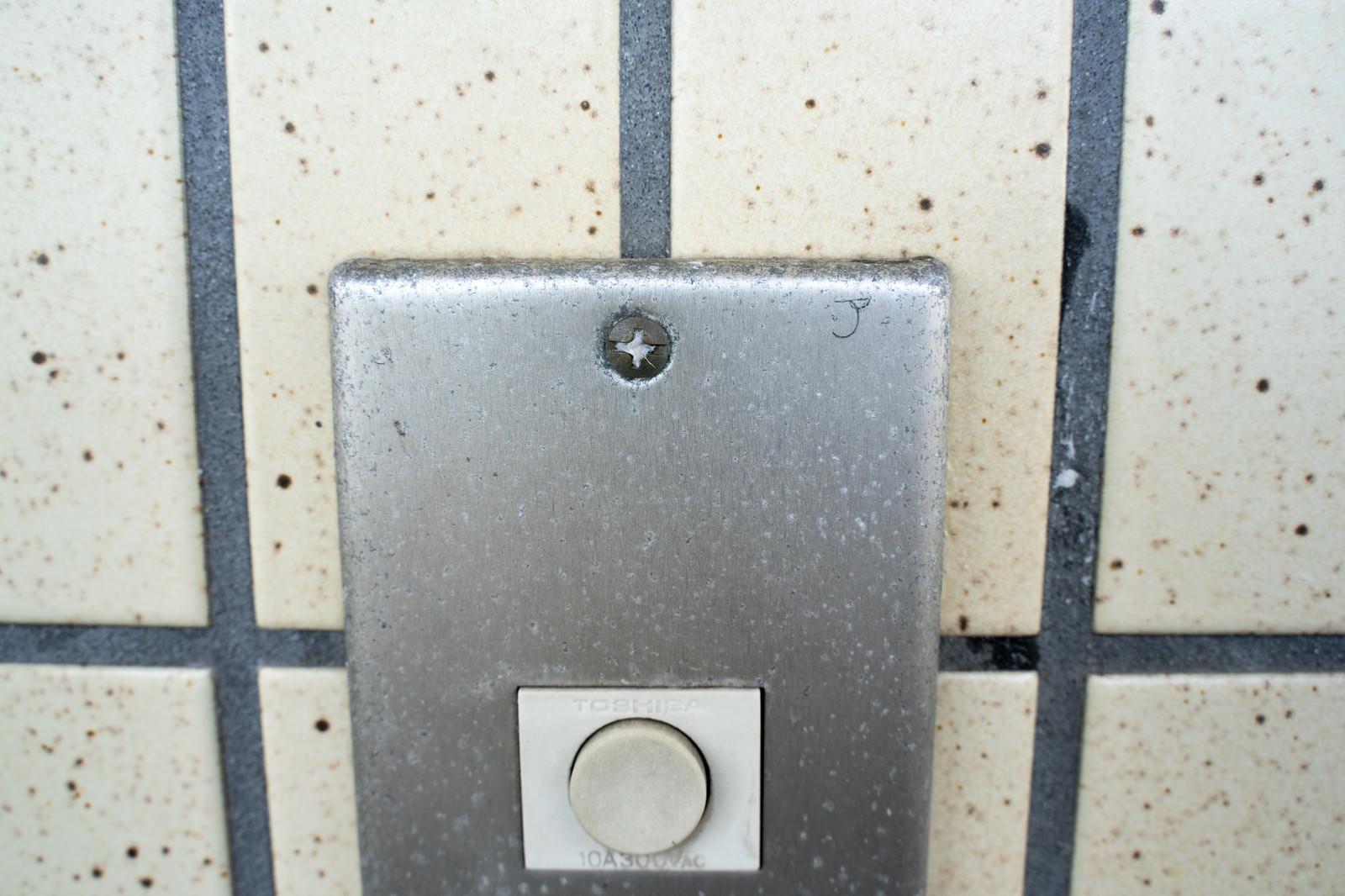 「玄関チャイムに書かれたマーキング」の写真