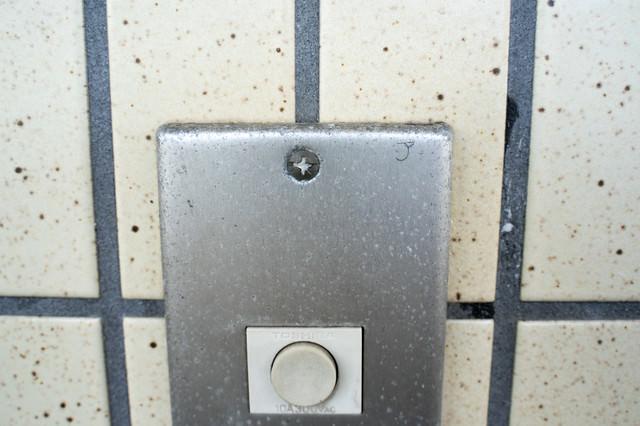 玄関チャイムに書かれたマーキングの写真