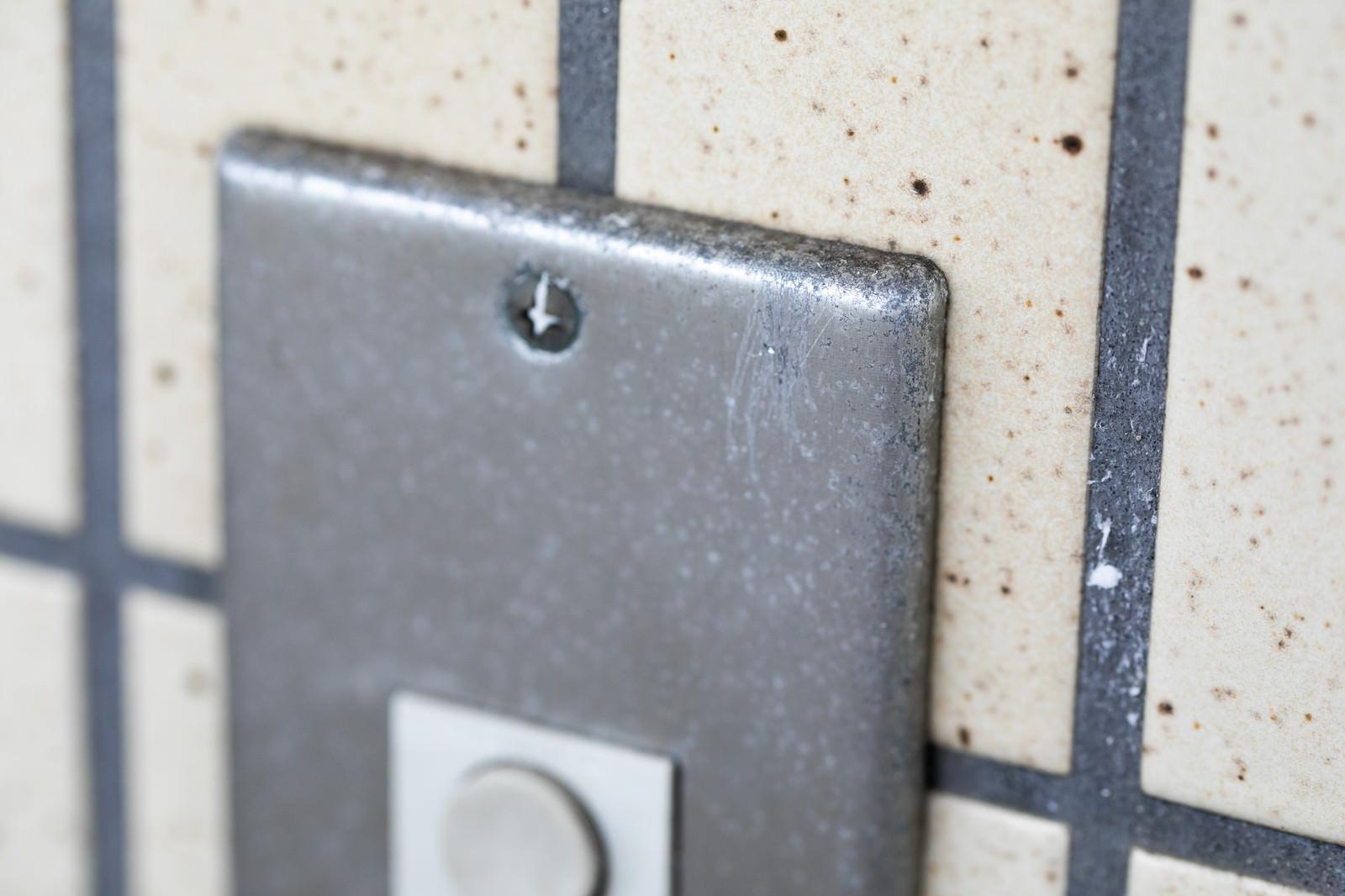 「玄関チャイムのマーキングが削られた跡」の写真