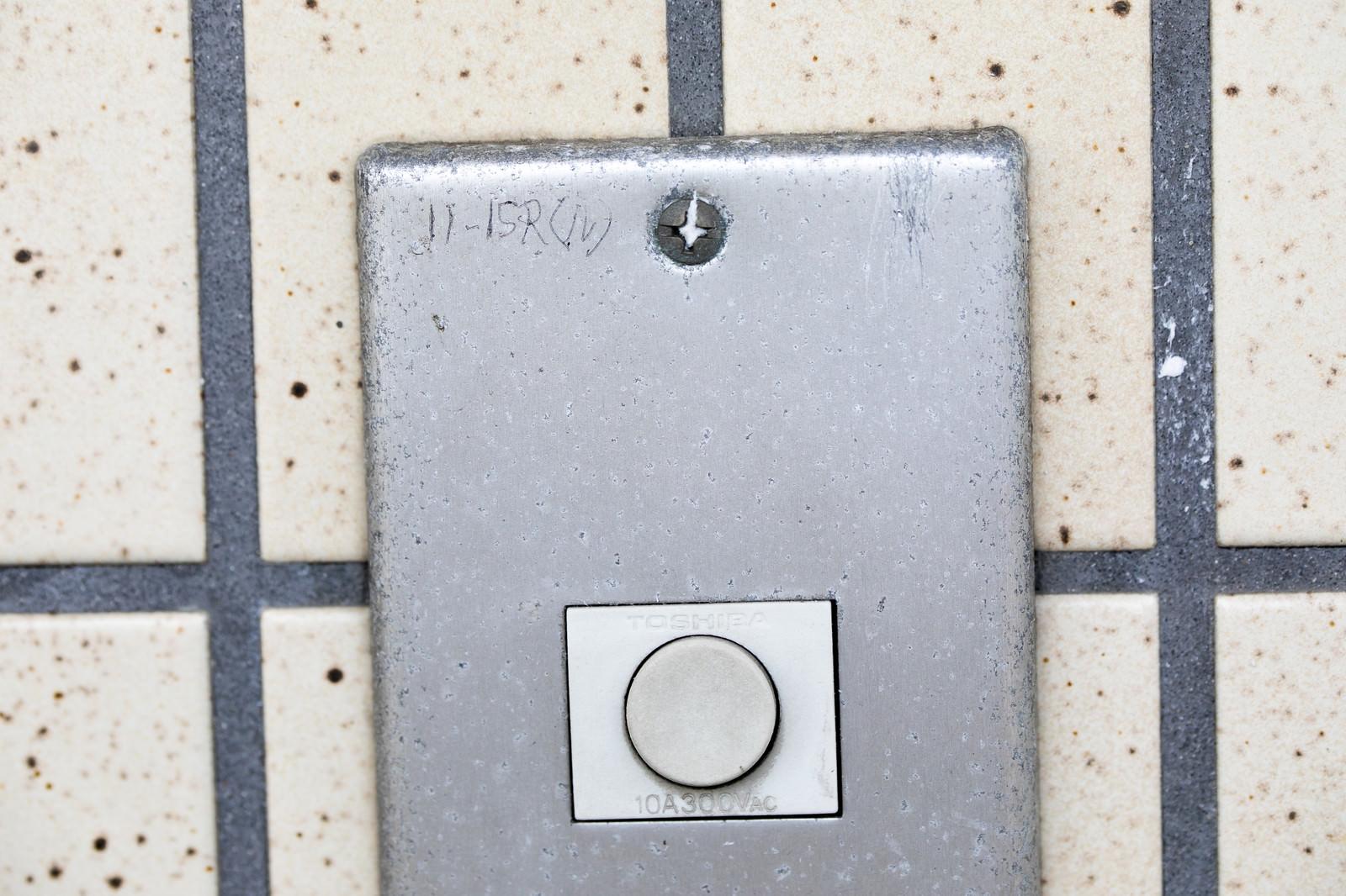 「玄関チャイムのマーキング(11-15Rル)ー「11時~15時は留守」玄関チャイムのマーキング(11-15Rル)ー「11時~15時は留守」」のフリー写真素材を拡大