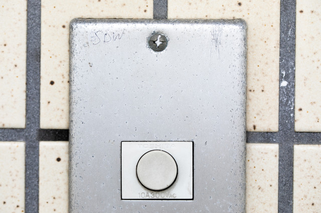玄関チャイムのマーキング(SWD)ー「女子大生の独り暮し」の写真