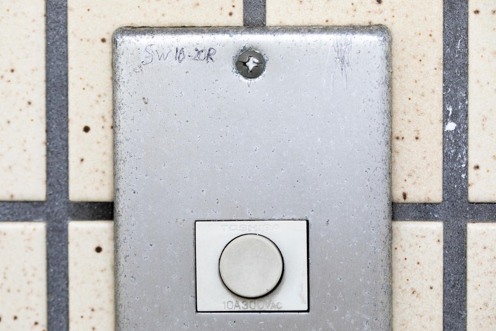 「玄関チャイムのマーキング(SW10-20R)ー「女性独り暮し10時~20時まで居留守」玄関チャイムのマーキング(SW10-20R)ー「女性独り暮し10時~20時まで居留守」」のフリー写真素材を拡大