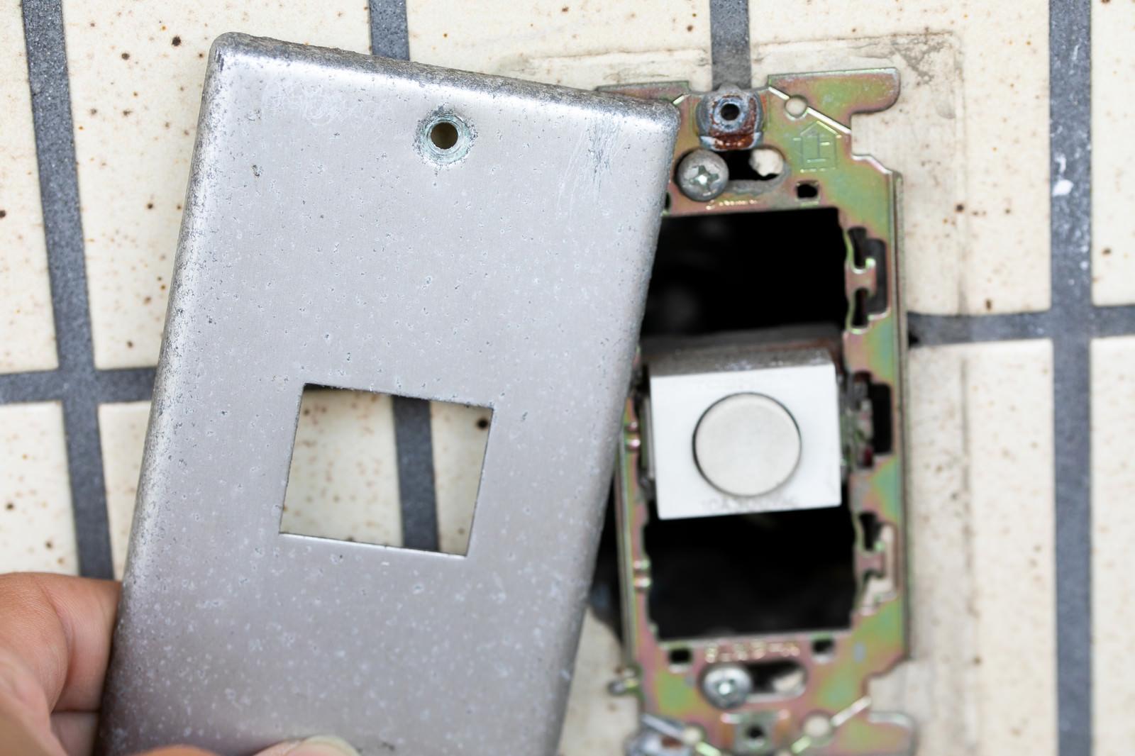 「アナログの玄関チャイムを取り外すアナログの玄関チャイムを取り外す」のフリー写真素材を拡大