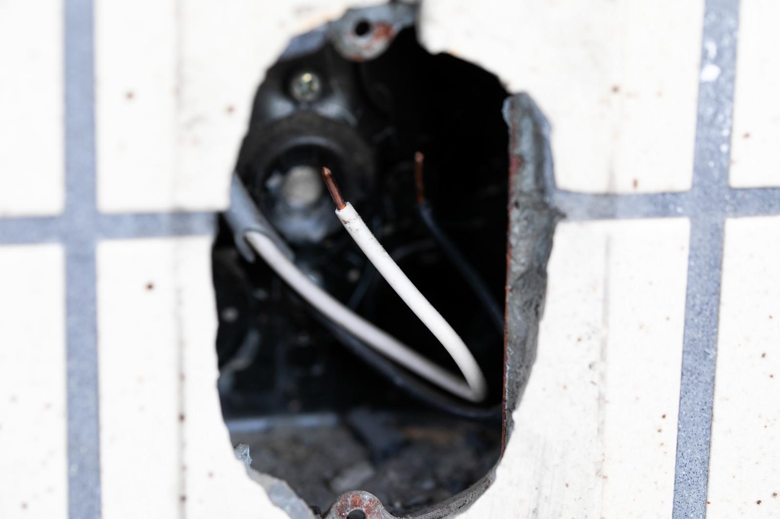 「壁の穴と銅線」の写真