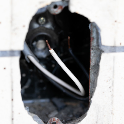 壁の穴と銅線の写真