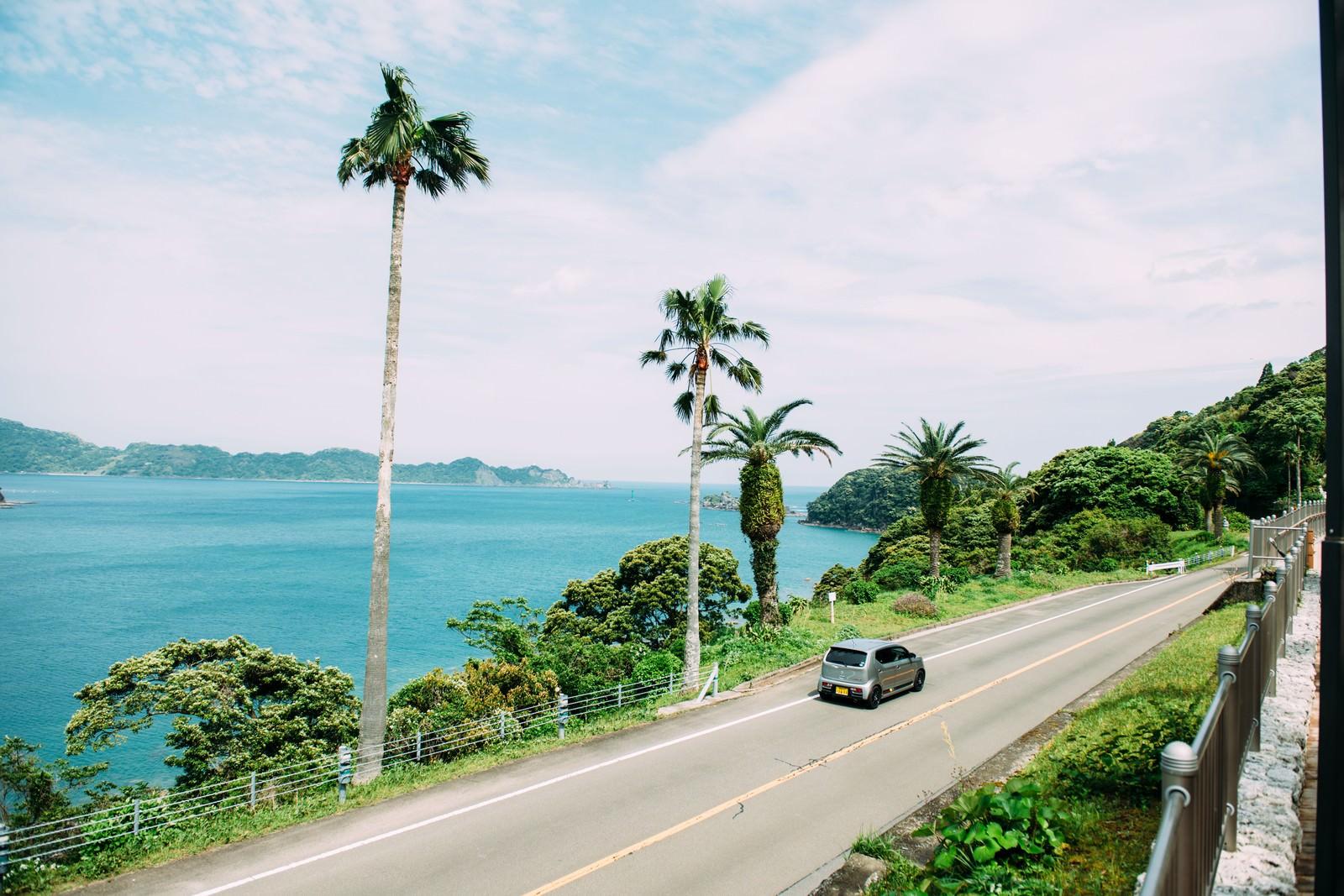 壮大な景色の中でドライブ