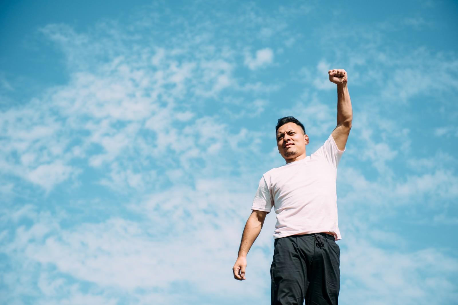 「勝利を確信する男性勝利を確信する男性」[モデル:カルロス]のフリー写真素材を拡大