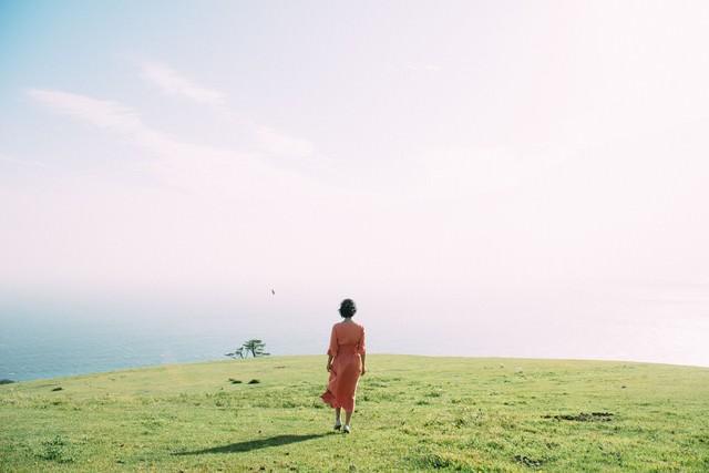 都井岬に佇む女性の写真