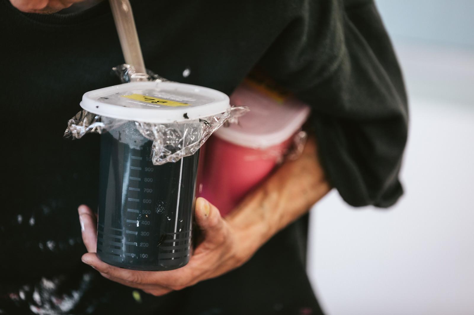 「シルクスクリーン印刷用の水性インキを手に持った職人」の写真
