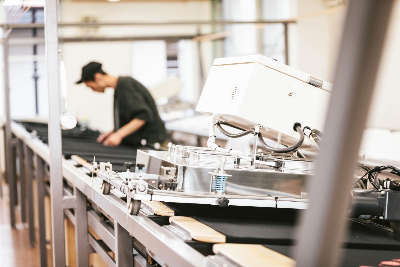 「レールの上を動く走行式乾燥機(シルク印刷)」の写真