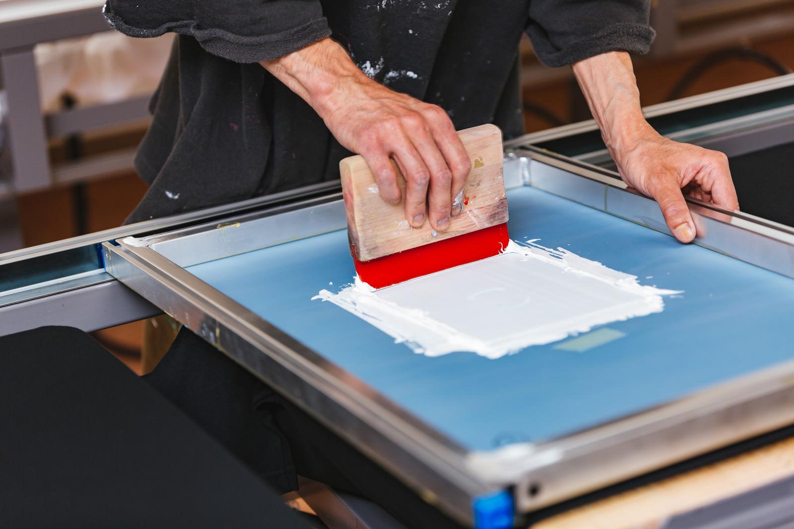 「スキージを使って白いインキを刷る」の写真