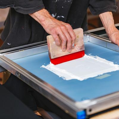 スキージを使って白いインキを刷るの写真