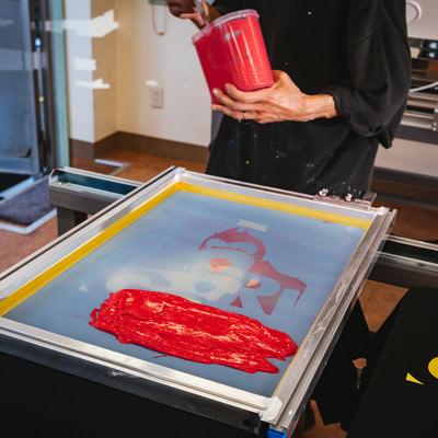 水性インキ(赤)を版に乗せる様子の写真